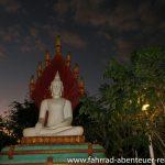 Buddha-Statue zur blauen Stunde