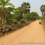staubige Lehmpiste in Kambodscha