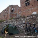Zelten zwischen Fabrik-Ruinen