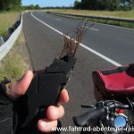 Draht auf der Straße: Reifenkiller